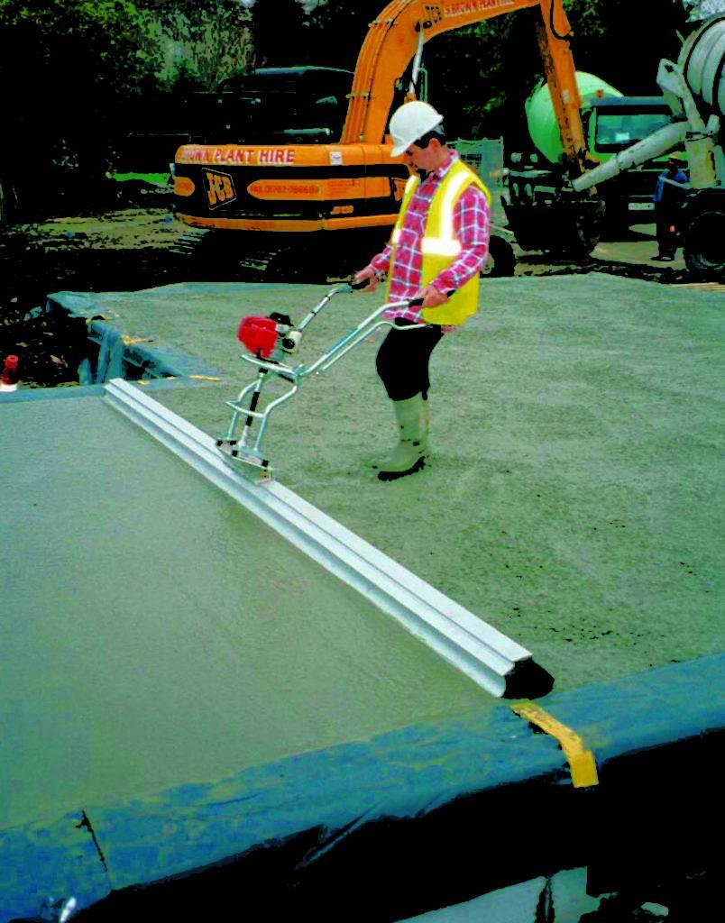 как работать виброрейкой для укладки бетона